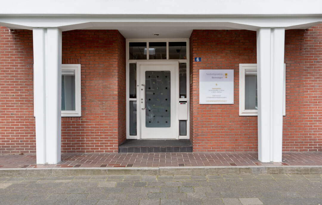 De ingang van Tandartspraktijk Heresingel